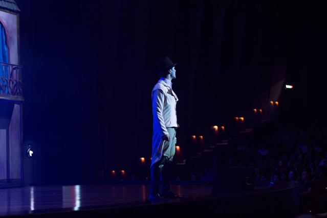 Henrique Dronneau (Jean Valjean) em um de seus solos (Foto: Alessandro Viana)